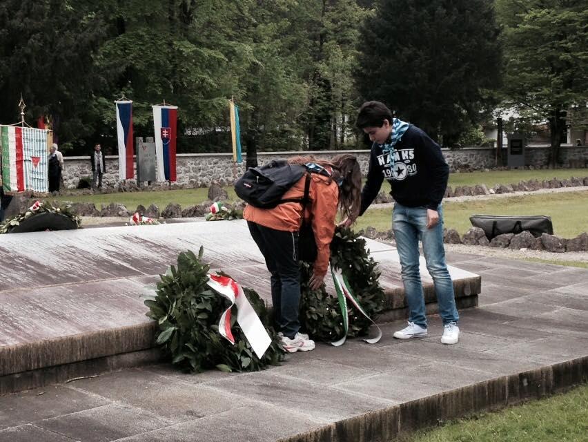 La deposizione della corona d'alloro in memoria dei cittadini della Provincia di Prato caduti nel campo di concentramento