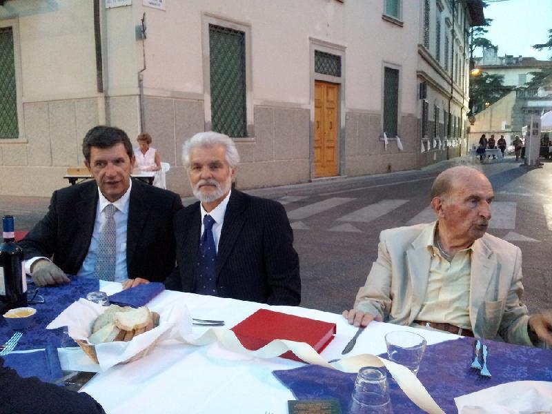 Da sinistra, il sindaco di Poggio a Caiano Marco Martini, il sindaco di Carmignano Doriano Cirri e Sergio Pezzati, in occasione delle celebrazioni per il 50° anniversario del Comune di Poggio a Caiano