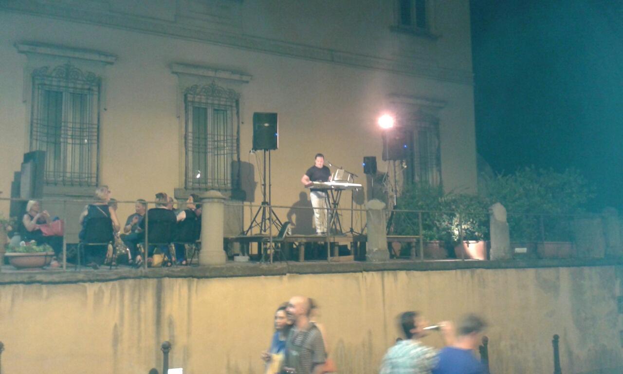 La musica sul rondò, davanti a Palazzo comunale