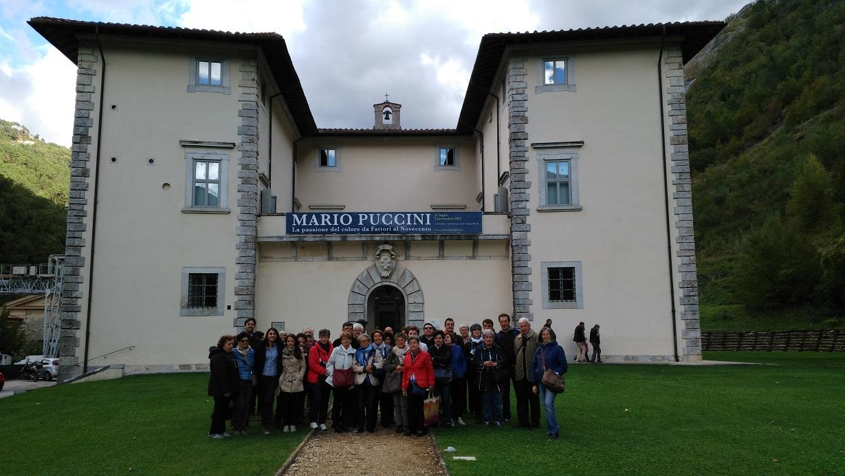 I partecipanti alla gita di fronte al Palazzo mediceo di Seravezza