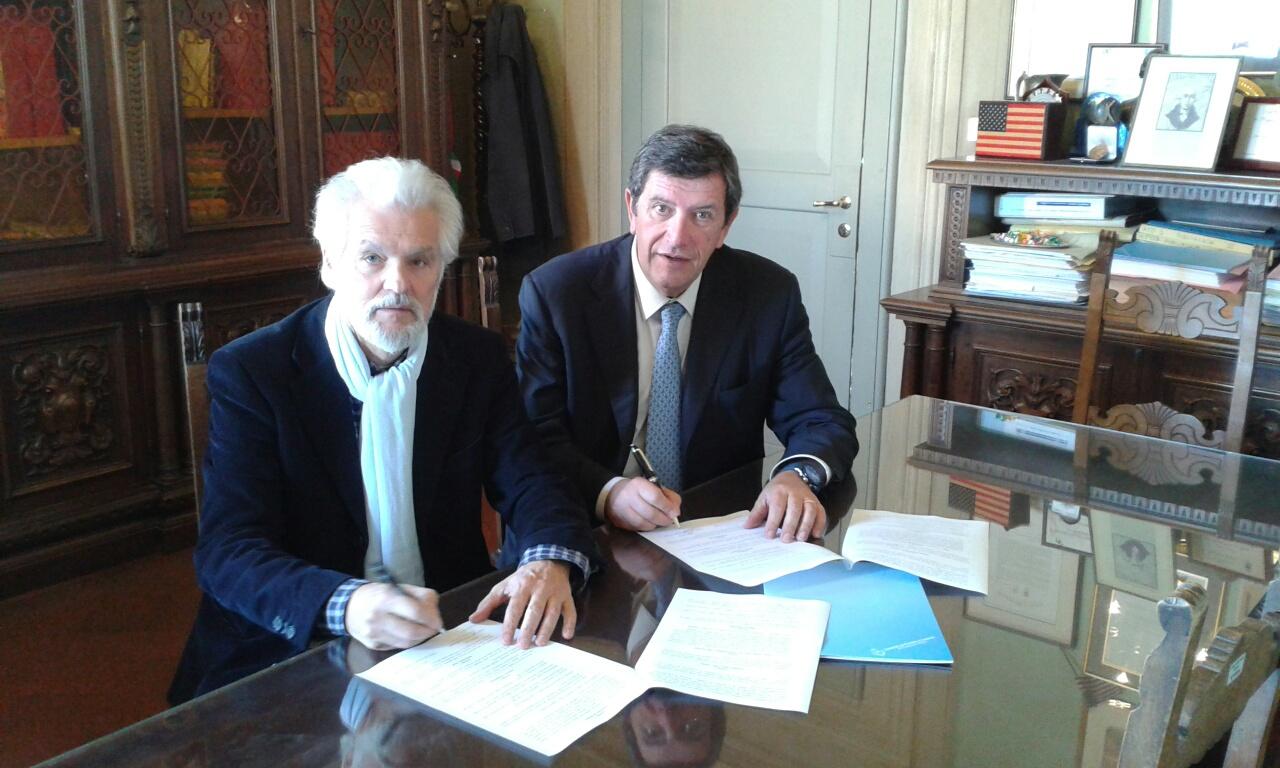 I sindaci di Poggio a Caiano e Carmignano Marco Martini e Doriano Cirri firmano la convenzione per la gestione associata dei servizi dei due Comuni