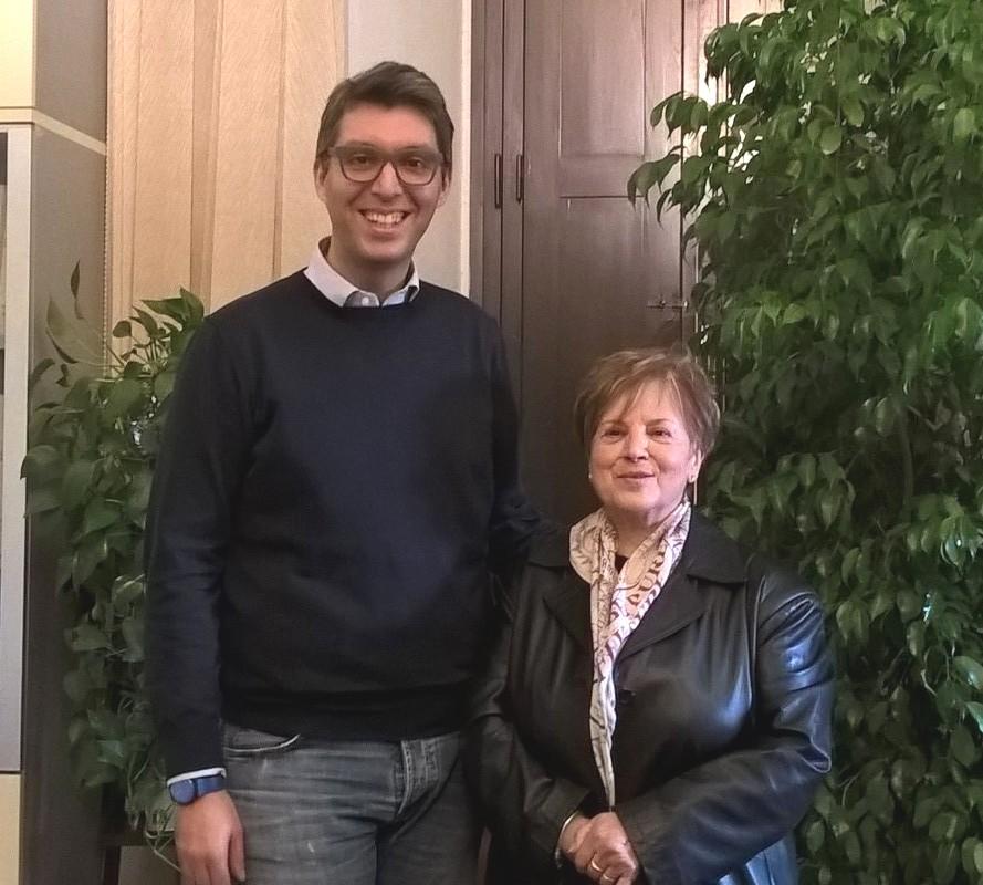 Il momento della consegna dei buoni al vicesindaco Francesco Puggelli da parte della presidente uscente dell'Auser Vilma Mugnari