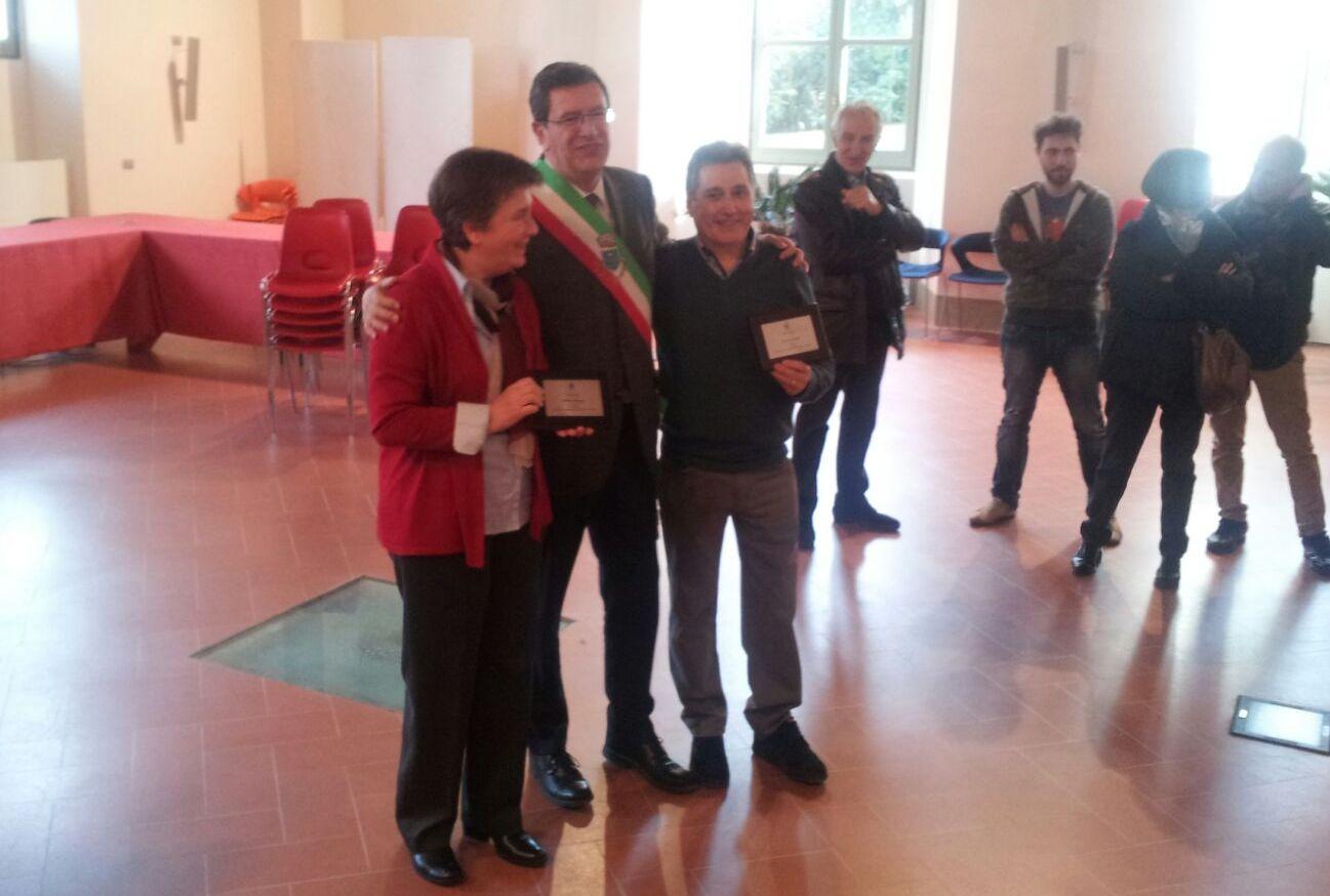 La consegna della targa a Daniela Raugei e Stefano Pacini