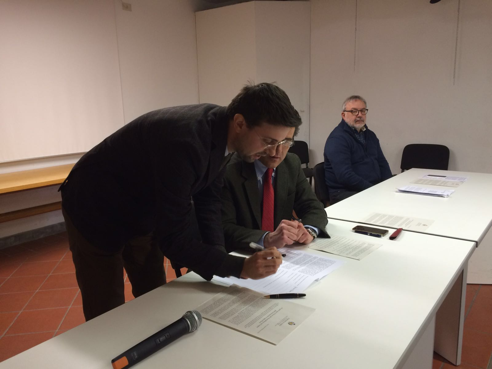 L'assessore allo Sviluppo economico Giacomo Mari sottoscrive il Protocollo d'intesa per il Comune di Poggio a Caiano